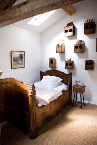 Beau lit en bois.