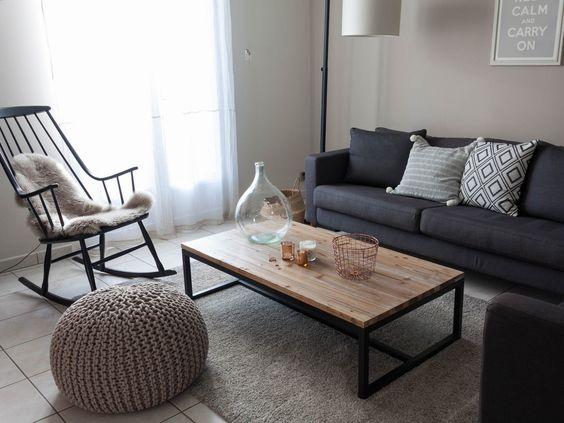Table basse Maisons du Monde, tapis Castorama, canapé Ikea, pouf en tricot AM-PM