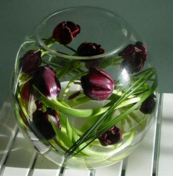 vase boule, décoration avec tulipes pourpres