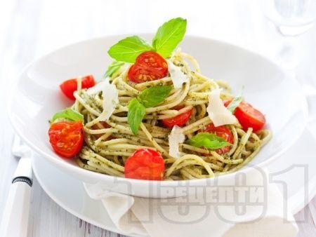 Спагети с босилеково песто, чери домати и пармезан - снимка на рецептата