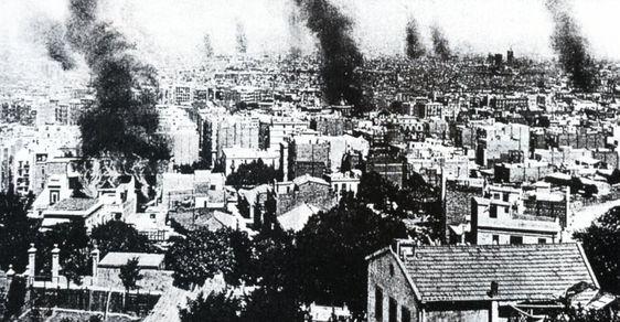 """Fuego y barricadas en Barcelona durante la Semana Trágica de 1909, la ciudad fue desde entonces conocida por los nombres de """"la Rosa de Foc"""" o """"Ciutat cremada"""".  Previamente ya se hablaba de Barcelona como """"la ciutat de les bombes"""""""