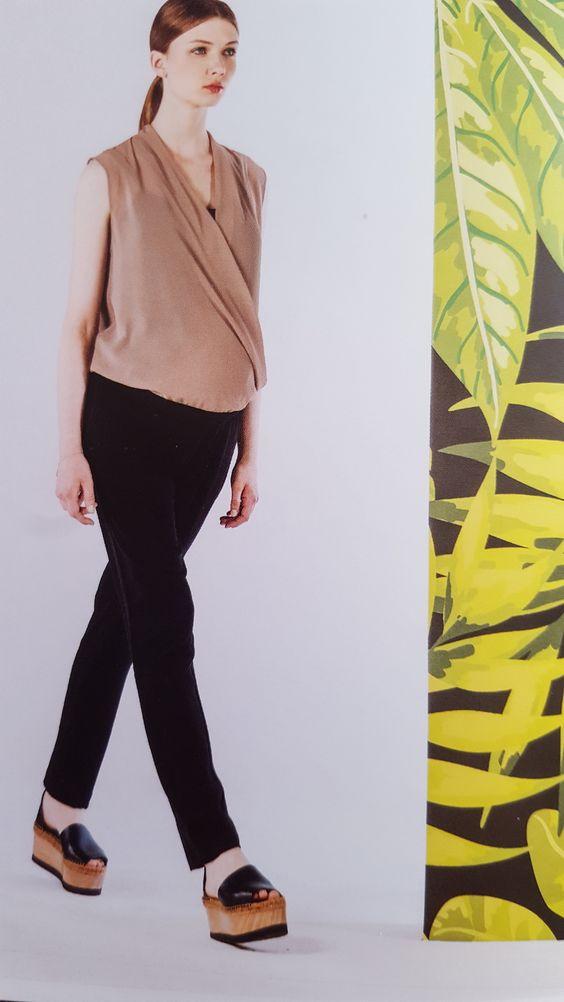 pantalone   Collezione primavera estate 2016  azienda ATTESA  Tg disponibili xs s m l xl xxl  Composizione bengalina di viscosa   Prezzo originale 57.90  % di sconto -20  Prezzo aquiloneshopping.it € 46.35  made in italy  Questo pantalone è elastico e aderente ma super confortevole grazie alla straordinaria bengalina di viscosa. Puoi indossarlo sotto ad una tunica o una maglia over-size, o utilizzarlo come un normale pantalone skinny abbellito da una nervatura centrale che slancia la gamba…