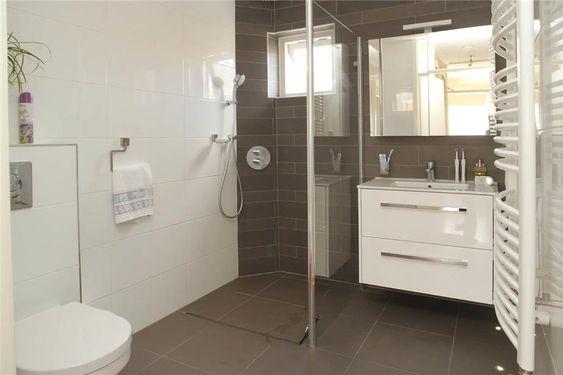 Voorbeeld kleine badkamer met wandcloset, inloopdouche en hoogglans badkamermeubel met spiegel