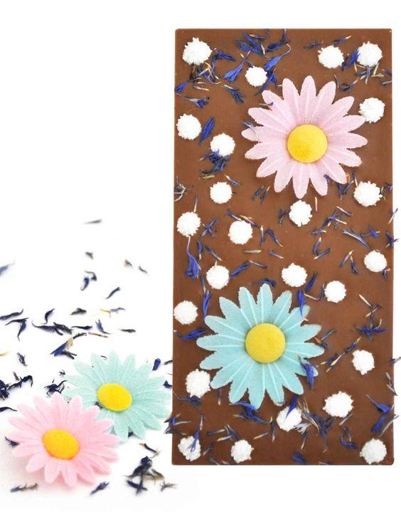 Flower Power  Lasst uns den Sommer noch einmal anlocken: Mit feiner Schweizer Vollmilchschokolade und blumiger Dekoration aus Margeriten, Mimosen und getrockneten Kornblumenblüten. Ein kleines Blumenbouquet, welches nicht nur schön anzusehen ist.  Nur solange der Vorrat reicht zum Spezialpreis CHF 7.00 / € 5.85