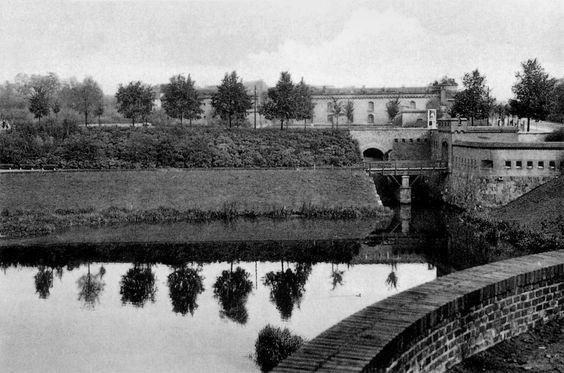 Das Ausfalltor in Königsberg war Teil der Fortifikationsanlage aus dem 19. Jahrhundert. Es befand sich genau an der gleichen Stelle, wie schon der frühe Befestigungsring von 1626. an der Kreuzung Friedrich-Ebert-Straße mit dem Deutschordensring. Das Tor war ein langer, dunkler Tunnel durch den Festungswall und konnte nur von Fußgängern benutzt werden. Die Reste sind heute noch vorhanden.