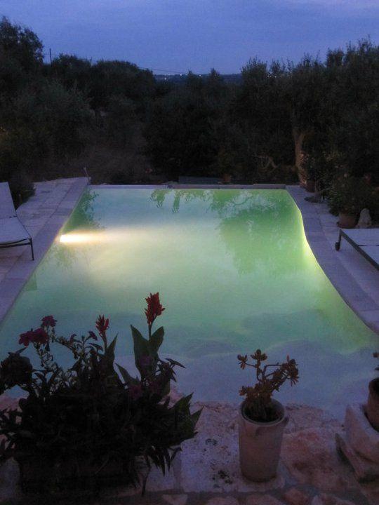 ライトアップされたヴィラのプールと夜の闇との素敵なコントラストを眺めながらワインをいただくのが毎晩の楽しみ。