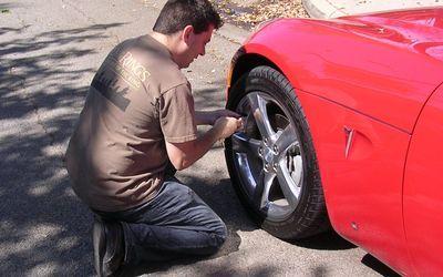 2007 Pontiac Solstice GXP tire pressure check