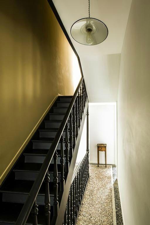 Escalier peint en noir mur moutarde staircases for Repeindre un mur deja peint