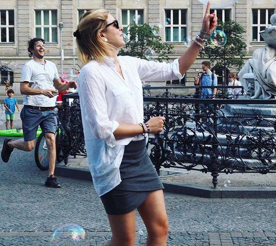 Ich brech zusammen...wie geil ist der Heini links??!! Photobomb Level Expert  Ich wollte doch nur Seifenblasen zum Zerplatzen bringen  #berlin #fashion #instafashion #instatravel #ootd #outfit #outfitoftheday #photobomb #photobombed #photobomber #photooftheday #seifenblasen #travel #unterwegs