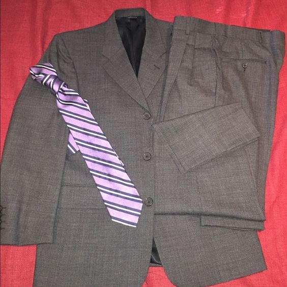 Liz Claiborne dark gray suit (tie not included) Liz Claiborne dark gray suit (tie not included), size is 38 SHORT x 32L Liz Claiborne Other