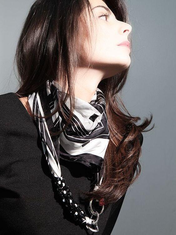 Foulard Mila Schon bianco/nero  100% seta firmato MILA SCHON, realizzato con catena in argento e moschettone in ottone placcato oro.  #gioielli #foulard #collane #seta #madeinitaly #puglia
