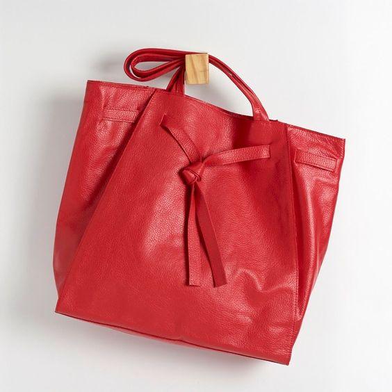 BGC 0136 - bolsa g em couro floatter, tipo sacola, com detalhe de tira de couro que pode ser amarrada na frente. possui fechamento de ímã. alt: 38cm. largura da base: 35cm. prof: 10cm. #coloridoviamia