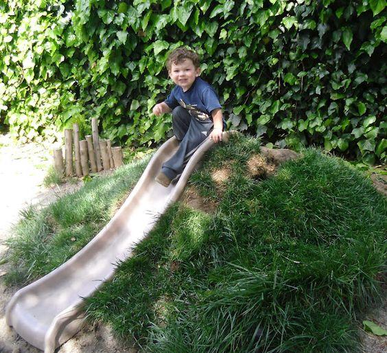 Kindvriendelijke tuin met glijbaan