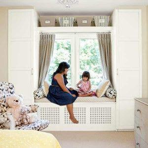 So eine schöne Idee so etwas hätte ich als kleines Mädchen auch gerne gehabt. Um ein Fenster herum zwei Schränke platzierne und dazwischen eine Bank mit Öffnung für die Heizung lassen. So hat man seine eigene kuschlige Leseecke mit Ausblick nach draußen
