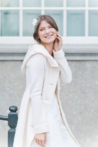 noni noni Brautkleider 2015 | Mantel zum Brautkleid für die Hochzeit im Herbst und Winter aus warmer Schurwolle mit großer Kapuze  (www.noni-mode.de - Foto: Le Hai Linh)