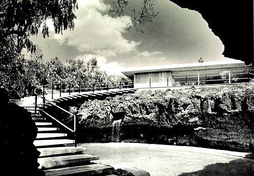 La piscina en Casa José Alberto Bustamante, Calle del Agua 868, Jardines del Pedgregal, México DF, 1955    Arq. Francisco Artigas    Foto: Roberto y Fernando Luna, Archivo Roberto y Fernando Luna -    Pool view of the Jose Alberto Bustamante House, Pedregal, Mexico City 1955