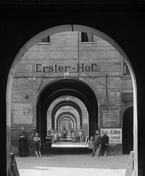 """Blick in die sechs Höfe der Mietskaserne """"Meyer's Hof"""" in der Ackerstraße im Wedding, 1910  © bpk/Kunstbibliothek, SMB, Photothek Willy Römer/Willy Römer"""