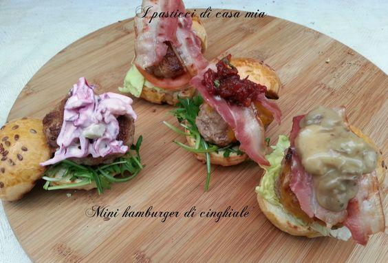 Quattro ricette per mini hamburger di cinghiale, tutte dal gusto deciso, che spaziano dall'anglosassone al mediterraneo. Tutte da provare.