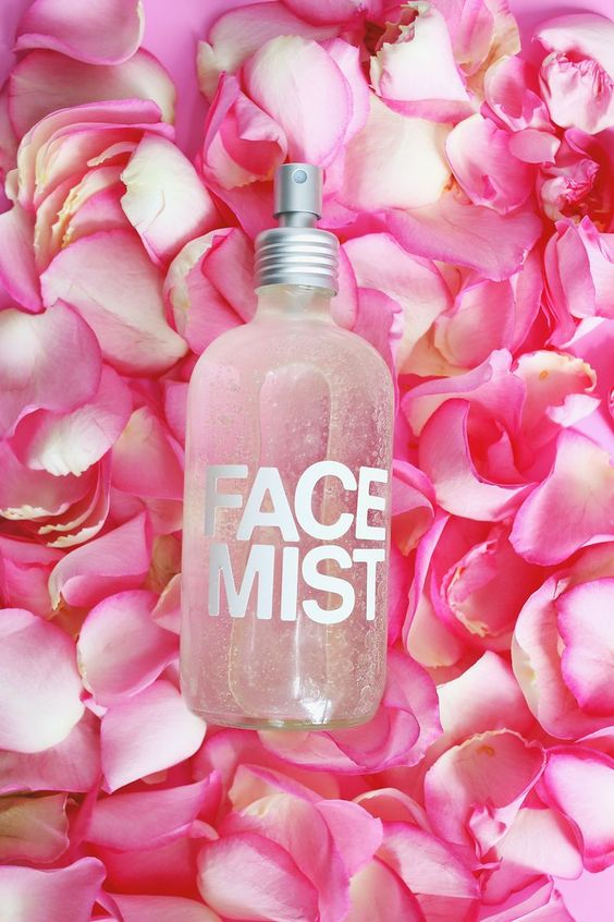 Make your own hydrating face mist! All natural ingredients- super easy DIY (& gift idea!)