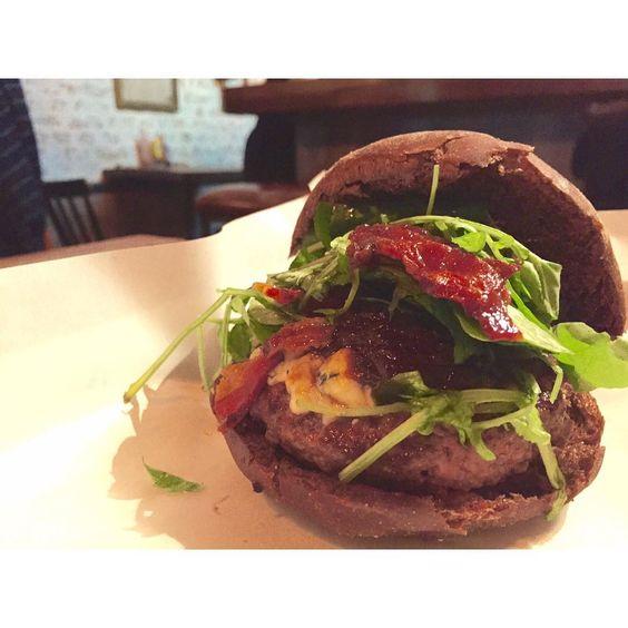 Eu venho aqui pra comer e orar! ❤️ @holyburgersp | os meninos são nossos amigos, mas os hambúrgueres são nossos brothers, haha. #ixirango ___  | este é de gorgonzola e inclui #bacon |