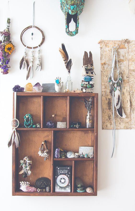 The Dressing Room by Blog.SoulMakes.comschmuck, getroknete blumen, (edel)steine + traumfänger mit federn: