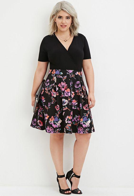 Mujer rubia con falda de flores que realza sus caderas de forma positiva