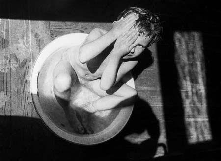 Александр Родченко. Купание в тазу.  1932: