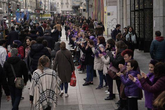 La cadena humana feminista de este 8 de febrero en la Gran Vía. OLMO CALVO