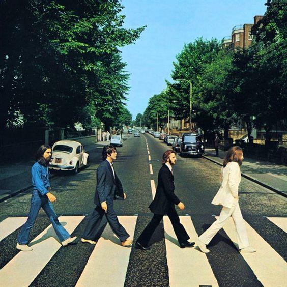 """""""The Beatles""""  """"Abbey Road"""": o nome de uma rua, de um estúdio e de um disco. A rua, ao noroeste de Londres, veio antes, é claro. Depois, lá se instalou o estúdio  E finalmente, em 1969, numa manhã de sexta-feira, quatro homens atravessaram a faixa de pedestres em frente ao estúdio, produzindo a capa do disco que estavam gravando por lá."""
