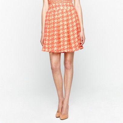 Falda estampada maxi pata de gallo, plisada con doble botonadura en cintura como cierre. Perfecta para el verano.