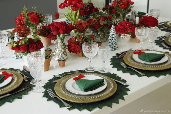 Nessa mesa o guardanapo dobrado em forma de árvore de natal foi o enfeite chave para tornar a produção temática para o natal.:
