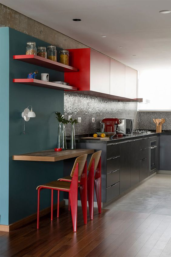 detalhes dos pisos, rodapé dos armários e a cor da parede da bancada: