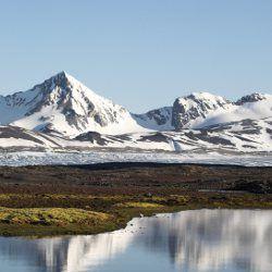 Tundra, se encuentra en América del norte. Los problemas ambientales que puede sufrir son, el agotamiento del ozono en el Polo Norte y Sur, la explotación del petróleo, gas y minerales, la contaminación del aire y el derretimiento del permahielo.