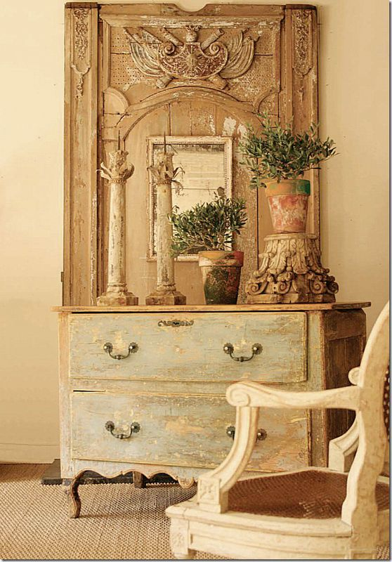 Another gorgeous mirror mixed with a painted chest. Can you see what a difference a real antique is compared to a faux antique. I love those candlesticks and that capital.