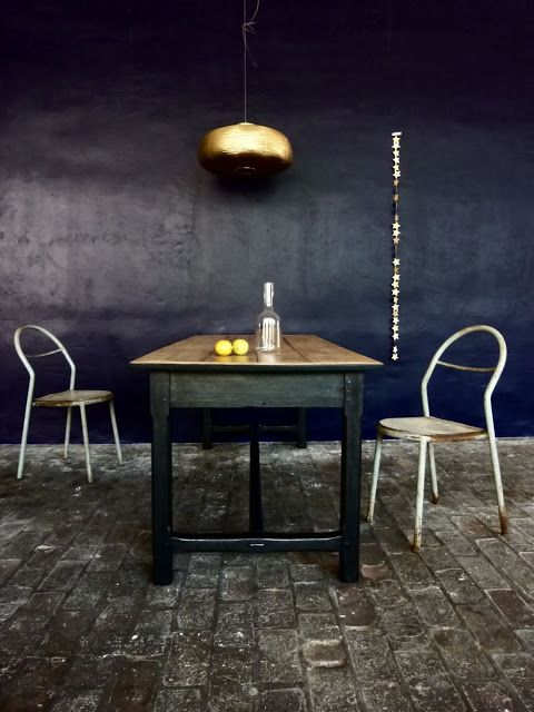 Dunkelblaue Wand (Küche?), Atelier Charivari
