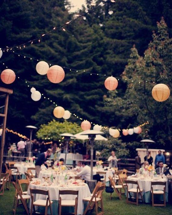 Creëer een hippe festival sfeer op je feest. Vintage uitstraling met deze lampionnen. Bohemian, paper lanterns Diy trouwinspiratie, bruiloftsversiering, trouw ideeën, wedding Ideas, lanternes, event styling, Weddingdecoration, styling, lampions, Pompoms, #Weddingdecor