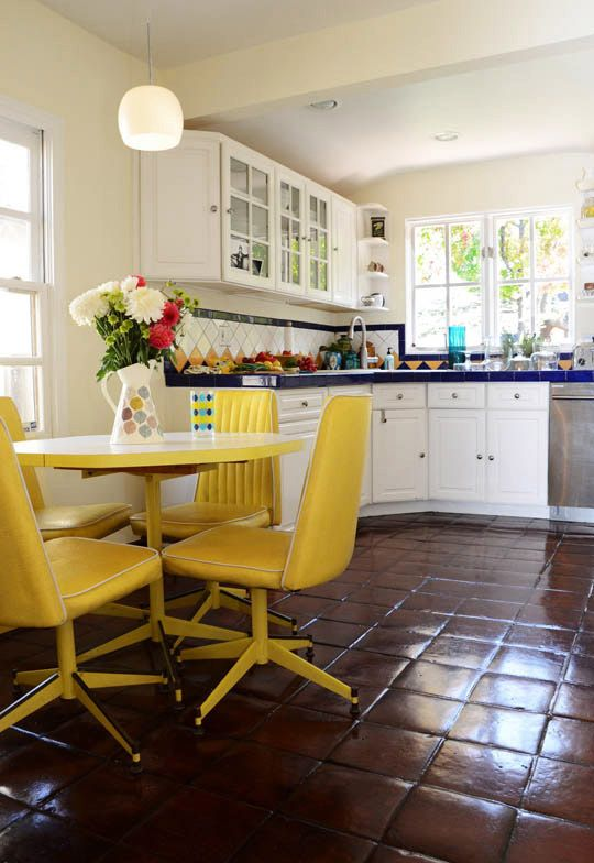 Classic space (floor): White Kitchen, Chairs Yellow, Kitchen Table