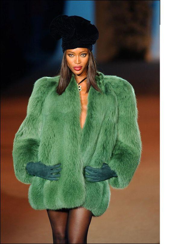 Naomi Campbell au défilé Yves Saint Laurent, 22 January 2002. Veste de fourrure de renard verte, haute couture, printemps 1971.