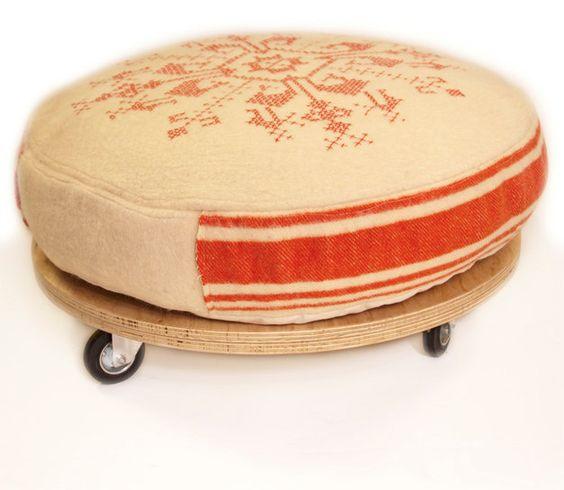 Poef, ottoman gemaakt van een oude deken. €625.00, via Etsy.