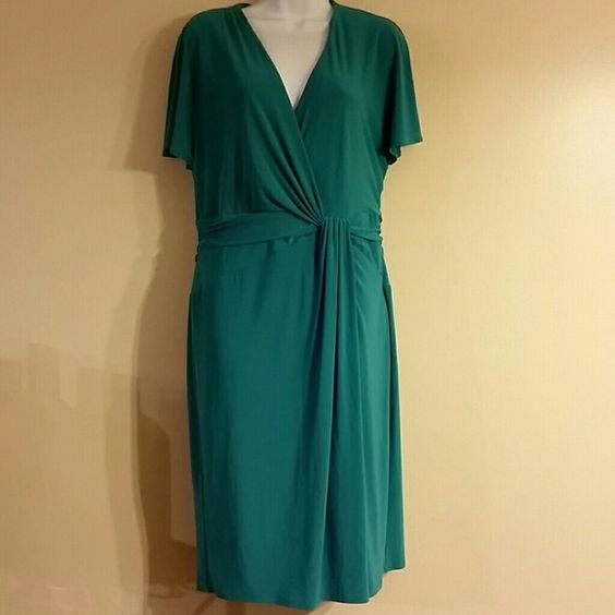 Gorgeous green dress Must have for the office or a date night! This dress is very flattering to the figure. A cute pair of heels and your all ready! Size 14 but would also work just fine for a 16. Material has some give to it. Pre loved! Jones New York Dresses Midi