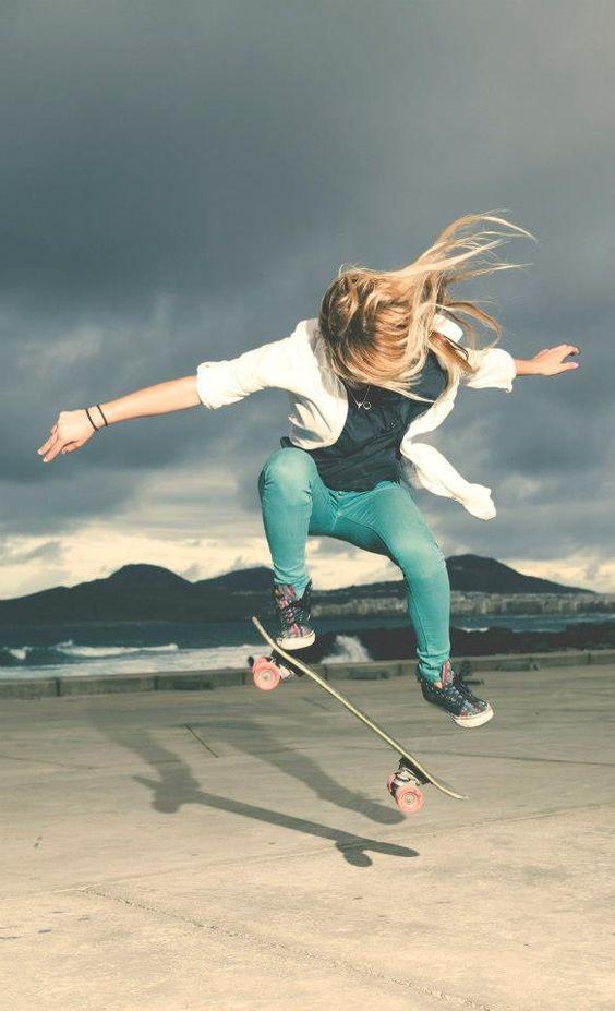 大振りに動く女性とスケートボード