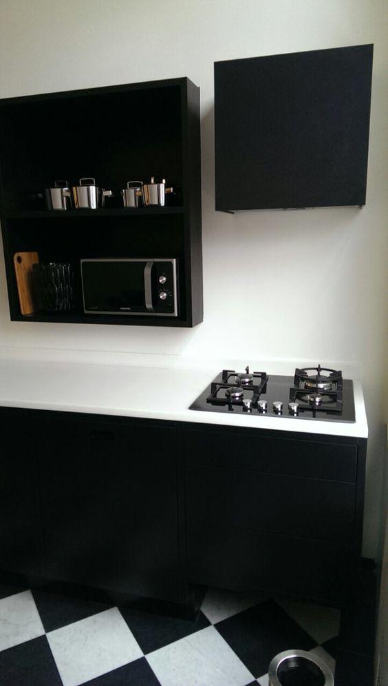 Zwarte Keuken Met Wit Blad : Zwarte keuken met wit Betacryl blad. Door Justus & Tjebbo Interieur
