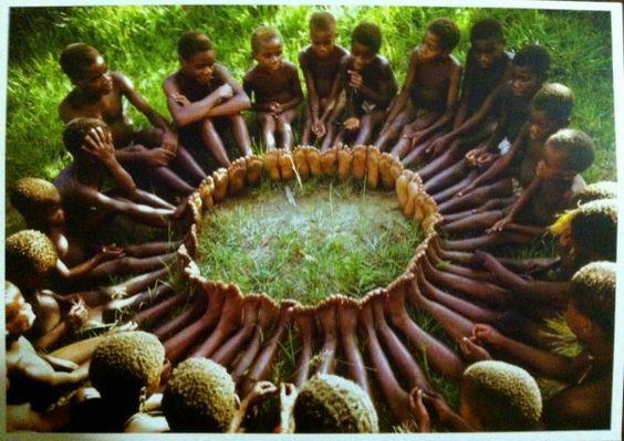 «(E)ducation or (e)ducation in Traditional African Societies? A Philosophical Insight» , un article écrit par Philip Amasa Ndofirepi et Elizabeth Spiwe Ndofirepi, véhicule l'idée qu'en ce qui concerne l'éducation, le communautarisme est « la responsabilité de la communauté de veiller à ce que les enfants soient élevés de manière appropriée et que, lorsqu'ils arrivent à l'âge adulte, ils subviennent aux besoins des membres les plus âgés de la communauté« .
