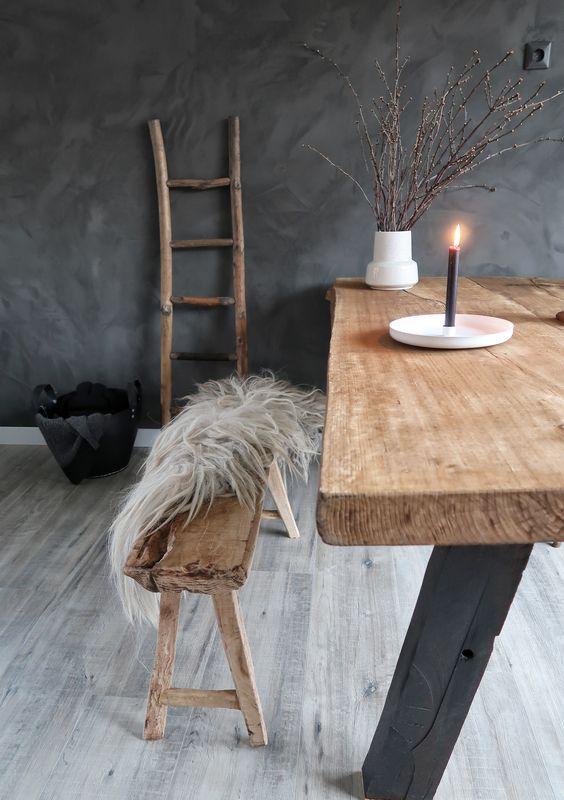 Oud hout, een schapenvacht, candlelight en marrakech walls van Pure en Original op de muur. Bij elkaar vormt dit een prachtige sfeer.