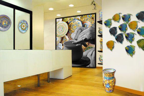 """Il progetto Keramikando è una formula specializzata nella commercializzazione di manufatti artigianali in ceramica, proponendo articoli decorativi, arredamento casa interno ed esterno, accessori  da  cucina,  monili, oggettistica  sacra, ecc. rigorosamente """"pezzi unici"""" realizzati a mano da maestri del settore."""