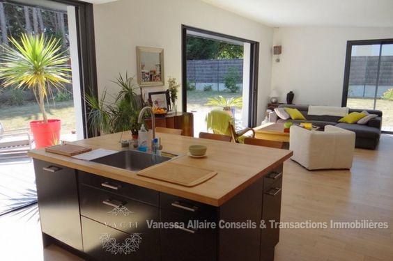 La Baule Rezac, maison contemporaine de plain pieds  A 3minutes des commerces, de style contemporain et de plain pied, cette maison de 2011 et son toit pentu possède une pièce de vie sud ouest de 55m²  (poêle à bois encastré) avec une terrasse et une vue dégagée sur le jardin (1200m²) clos partiellement, la cuisine américaine est aménagée équipée et l'espace nuit comporte 3 chambres (2 avec dressing) avec terrasse, une salle de bain (+ douche italienne), lingerie et wc. Un garage fermé est…