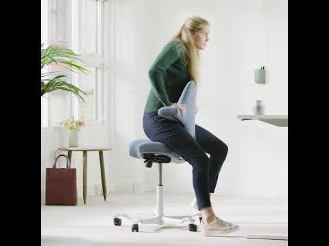 Chaise Capisco H8106 De Hag Pour Le Travail Avec Une Table Ajustable En Hauteur Chaise Au Design Europeen Livraison Gra In 2020 Workspace Design Capisco Chair Design