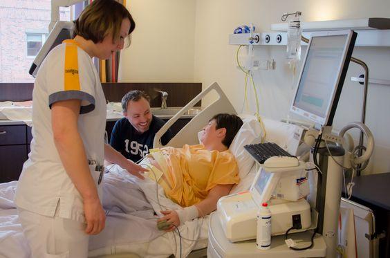 3. De verpleegkundige bereidt u voor op de operatie en maakt een hartfilmpje van uw baby. Daarna is het wachten tot u naar de voorbereidingsruimte van de operatiekamer kunt.