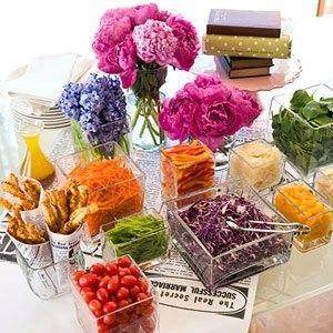 mesa de saladas dando cores à festa!