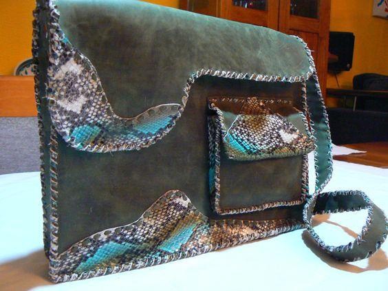 Bolso maletín, realizado en piel de color verde y grabado de serpiente, detalle de bolsillo, cierres de imán , todo cosido en tireta de piel grabada de serpiente.